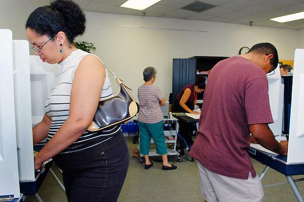 """SHM41 - ORLANDO (FL, EEUU), 31/1/2012.- Varias personas preparan su voto hoy, martes 31 de enero de 2012, en Orlando, Florida (EE.UU.), durante las elecciones primarias en la Florida. Los electores hispanos acudían poco a poco a votar en el centro del estado, donde se encuentra el codiciado """"corredor de la I4"""", una autopista que atraviesa esa zona y donde se concentran las comunidades tradicionalmente más indecisas, entre ellas, las de los puertorriqueños. EFE/Gerardo Mora"""