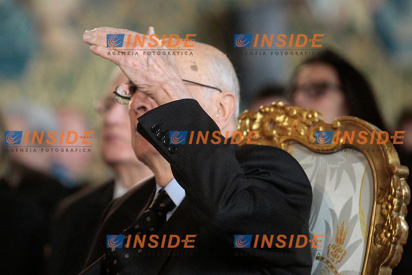 Giorgio Napolitano si copre il viso dalla luce per guardare un filmato.Roma 29/01/2013 Quirinale. Celebrazione del 'Giorno della Memoria', per ricordare le vittime dell'olocausto, nel quale milioni di persone morirono nei campi di concentramento durante il dominio nazista..Photo Samantha Zucchi Insidefoto