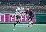 AMSTELVEEN - Mirco Pruyser (Adam) met Douwe Steens (HCKZ) tijdens de hoofdklasse competitiewedstrijd mannen, Amsterdam-HCKC (1-0).  COPYRIGHT KOEN SUYK