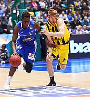 Isaac Bonga (Fraport Skyliners) gegen Thomas Walkup (MHP Riesen Ludwigsburg) - 04.02.2018: Fraport Skyliners vs. MHP Riesen Ludwigsburg, Fraport Arena Frankfurt
