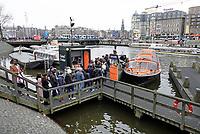 Nederland - Amsterdam - 24 maart 2018.  Rij toeristen wacht op een rondvaartboot.     Foto Berlinda van Dam Hollandse Hoogte