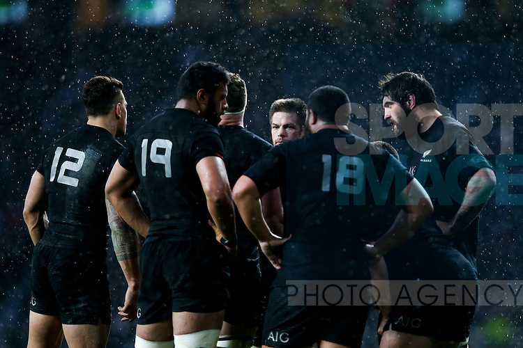 New Zealand's Richie McCaw talks to his pack - QBE Autumn Internationals - England vs New Zealand - Twickenham Stadium - London - 08/11/2014 - Pic Charlie Forgham-Bailey/Sportimage