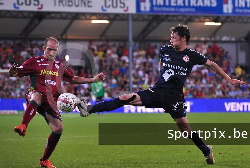 SV Zulte-Waregem - KV Kortrijk : Thomas Matton in duel met Franck Berrier (links).foto VDB / BART VANDENBROUCKE