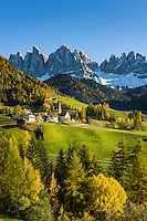 Italy, South Tyrol (Trentino-Alto Adige), Val di Funes: mountain village St. Magdalena and Le Odle mountains at natural park Puez-Odle | Italien, Suedtirol (Trentino-Alto Adige), Dolomiten, Villnoesstal: Bergdorf St. Magdalena vor der Geislergruppe im Naturpark Puez-Geisler