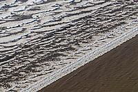 Die Wellen der Elbe laufen auf den Strand der voller   Eisschollen liegt: EUROPA, DEUTSCHLAND, SCHLESWIG- HOLSTEIN, NIEDERSACHSEN(GERMANY), 22.01.2006: Die Wellen der Elbe laufen auf den Strand der voller   Eisschollen liegt