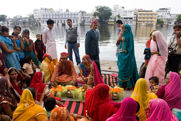 26.11.2010 Udaipur (Rajasthan)<br /> <br /> Wedding ceremony in the ghat near the lake.<br /> <br /> C2r2monie de mariage sur les ghats pr&egrave;s du lac.