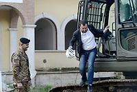 Roma, 26 Novembre 2018<br /> Il Ministro Matteo Salvini sulla ruspa da inizio alla demolizione.<br /> L'esercito italiano  ha iniziato la demolizione di una villa confiscata dalla Regione Lazio ai membri del clan criminale mafioso dei Casamonica in Via Rocca Bernarda nella periferia sud est di Roma dove sorgerà un parco Pubblico e una biblioteca