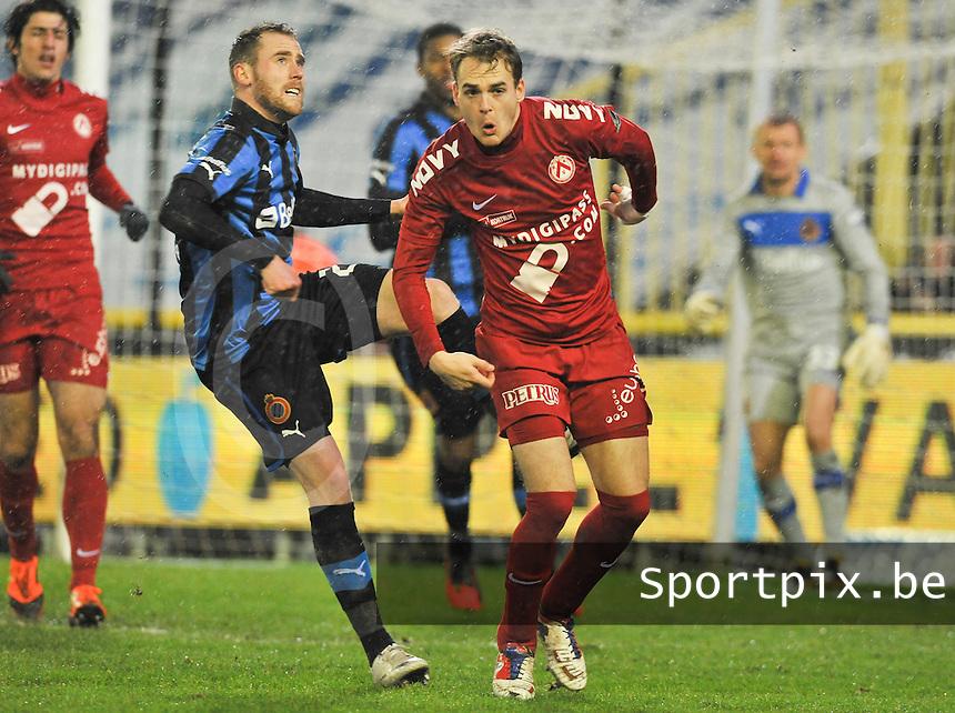 Club Brugge KV - KV Kortrijk : Bart Buysse geeft Brecht Capon een schop onder zijn kont...foto DAVID CATRY