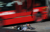 BOGOTA -COLOMBIA , 6- 01-2018.Un habitante de calle  lee un diario en el separador de una de las avenidas de la capital./A street dweller reads a local newspaper on the separator of one of the avenues of the capital. Photo: VizzorImage / Felipe Caicedo / Staff
