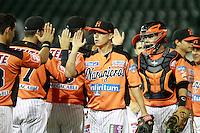 Jason Urquidez y Jonathan Acevez festejan triunfo de naranjeros , durante el juego a beisbol de Naranjeros vs Cañeros durante la primera serie de la Liga Mexicana del Pac