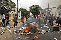 XNB02 DAKAR (SENEGAL), 1/2/2012.- Unos manifestantes queman una barricada durante los disturbios registrados en Dakar, Senegal, hoy, miércoles 1 de febrero de 2012. El Gobierno de Senegal condenó hoy los actos violentos ocurridos en la manifestación convocada ayer en Dakar por el Movimiento del 23 de junio (M23) contra la candidatura a los comicios presidenciales del presidente Abulaye Wade, que terminaron con la muerte de una persona, según la versión oficial. EFE/Aliou Mbaye