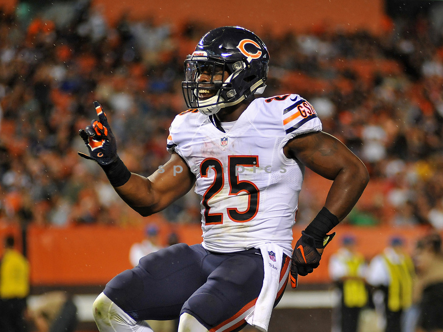 CLEVELAND, OH - SEPTEMBER 1, 2016: Running back Ka'Deem Carey #25 of the Chicago Bears celebrates after scoring a touchdown in the second quarter of a game on September 1, 2016 against the Cleveland Browns at FirstEnergy Stadium in Cleveland, Ohio. Chicago won 21-7. (Photo by: 2016 Nick Cammett/Diamond Images)  *** Local Caption *** Ka'Deem Carey