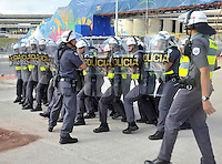 SAO PAULO - BRASIL -09-07-2014. Seguridad policial. Hinchas de Argentina y Holanda en las afueras  del estadio Arena Corinthians antes del encuentro de sus selecciones por la semifinal del mundial Brazil 2014. / Security police .Argentina and Holland fans outside the stadium before the match Corinthians Arena their selections for Brazil 2014 World Cup semifinal. Photo: VizzorImage / Alfredo Gutierrez / Contribuidor