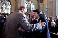 Milano: Enzo Arbore saluta Paolo Jannacci durante i funerali di Enzo Jannacci in Sant Ambrogio