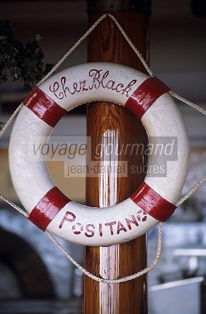 """Europe/Italie/Côte Amalfitaine/Campagnie/Positano : Décoration de la terrasse """"Chez Black"""" via del Brigantino sur le front de mer"""