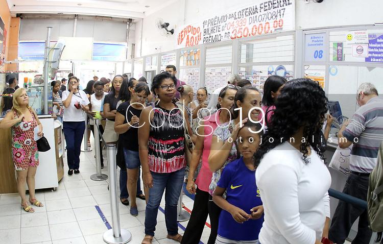 CAMPINAS, SP 08.05.2019 - MEGA SENA - Mega Sena acumulada em R$ 170 milhões gera filas em casas lotericas na cidade de Campinas (SP), na tarde desta quarta-feira (8). (Foto: Denny Cesare/Código19)