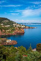 Frankreich, Provence-Alpes-Côte d'Azur, Théoule-sur-Mer: felsige Kuestenlinie mit vielen kleinen Buchten, im Hintergrund Port La Galère | France, Provence-Alpes-Côte d'Azur, Théoule-sur-Mer: rocky coastline with Port La Galère at background