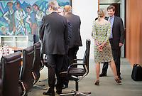 Berlin, Bundesfamilienministerin Kristina Schröder (CDU) trägt am Mittwoch (24.04.13) vor Beginn der Sitzung des Bundeskabinetts im Kanzleramt in Berlin ein Sommerkleid.