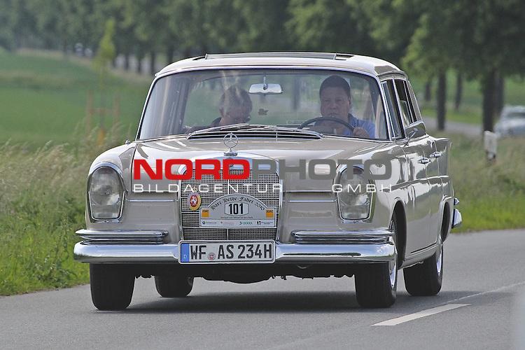 Aus Harz- Heide -Fahrt fuer Odtimer am 06. 06 .2010 -hier bei Hildesheim. Im Foto: Daimler Benz DB 230 S. Bj. 1966. <br /> <br /> <br /> Foto: &copy; nph / Rust<br />  *** Local Caption *** Fotos sind ohne vorherigen schriftliche Zustimmung ausschliesslich f&uuml;r redaktionelle Publikationszwecke zu verwenden.<br /> <br /> Auf Anfrage in hoeherer Qualitaet/Aufloesung
