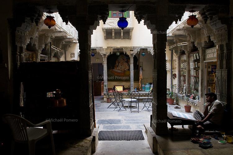 26.11.2010 Udaipur (Rajasthan)<br /> <br /> Painter thinking in an old haveli of the Udaipur city.<br /> <br /> Peintre en train de penser dans un vieil haveli de la ville d'Udaipur.