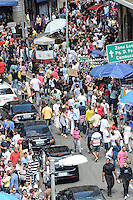 SAO PAULO, 30 DE MARCO DE 2013 - MOVIMENTACAO 25 DE MARCO - Movimentação de consumidores na Rua 25 de Março, região central da capital, na manha deste sábado, 30. (FOTO: ALEXANDRE MOREIRA / BRAZIL PHOTO PRESS)