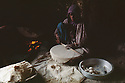 Irak 1963.Preparation du pain dans un village.Iraq 1963.Woman cooking bred in a village