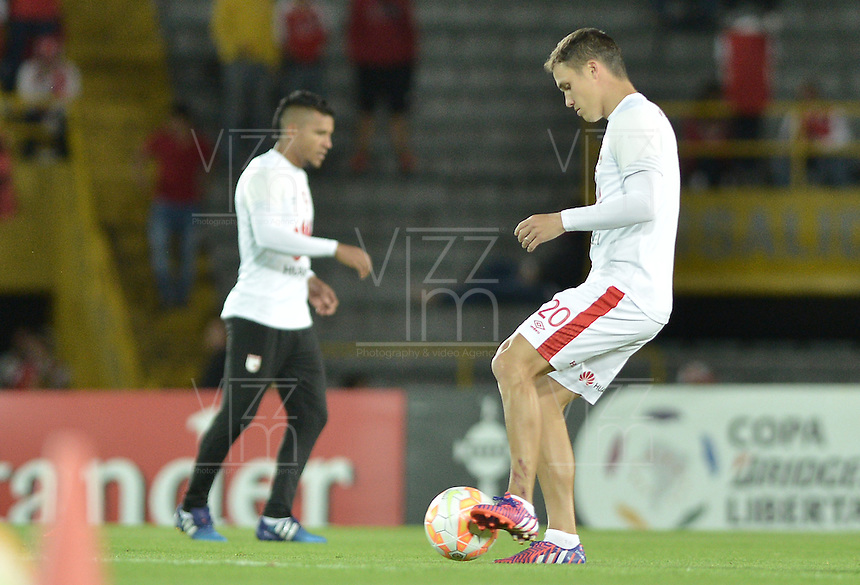BOGOTÁ-COLOMBIA-12-05-2015. Los jugadores de Independiente Santa Fe de Colombia, calientan previo al partido de vuelta entre Independiente Santa Fe de Colombia y Estudiantes de La Plata por octavos de final, llave F, de la Copa Bridgestone Libertadores 2015 jugado en el estadio Nemesio Camacho El Campin de la ciudad de Bogota. / The players of Independiente Santa Fe warm up prior a second leg match between Independiente Santa Fe of Colombia and Estudiantes de La Plata de Argentina for the round of sixteen, Key F, of the Copa Bridgestone Libertadores 2015 played at Nemesio Camacho El Campin stadium in Bogota city.  Photo: VizzorImage/ Gabriel Aponte /Staff