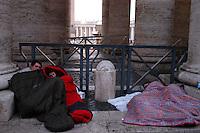 ROMA, 7-04-2005.PIAZZA SAN PIETRO .LA FILA PER DARE L'ULTIMO SALUTO A PAPA GIOVANNI PAOLO II.NELLA FOTO:FEDELI DORMONO SOTTO IL COLONNATO DELLA PIAZZA.FOTO SIMONA GRANATI
