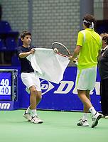 15-12-11, Netherlands, Rotterdam, Topsportcentrum, Robin Haase  krijgt zijn handdoek aangerijkt door een ballenjongen