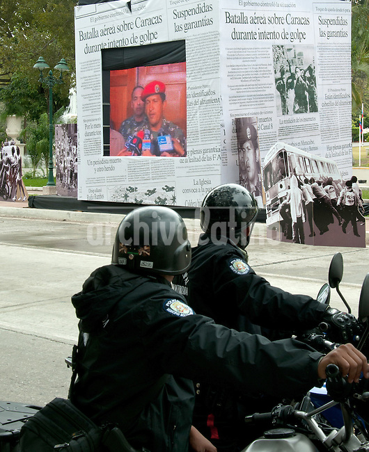 Venezuela: Caracas,04/02/12 .Venezuelan police observed an exhibition with video of President Chavez in the coup of February 4,outside a military parade in Caracas, Venezuela. Chavez canmemorated 20 years of his failed coup in 1992 with a parade of military forces..Carlos Hernandez/Archivolatino
