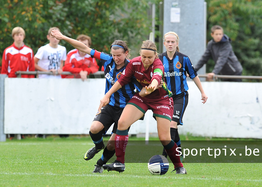 Club Brugge Dames - Dames Zulte Waregem : Angelique De Wulf en Eva Van Daele in duel.foto DAVID CATRY / Vrouwenteam.be