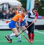 HUIZEN - Hockey - Sophie Schlatmann (Bldaal) met  Mirte Jansen (HUI)  .Hoofdklasse hockey competitie, Huizen-Bloemendaal (2-1) . COPYRIGHT KOEN SUYK