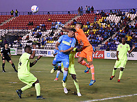 MONTERIA - COLOMBIA, 06-04-2018: Leiner Escalante (Izq) jugador de Jaguares FC salta por el balón con Santiago Londoño (Der) arquero de Envigado FC durante partido por la fecha 13 de la Liga Aguila I 2018 jugado en el estadio Municipal de Monteria. / Leiner Escalante (L) player of Jaguares FC vies for the ball with Santiago Londoño (R) goakeeper of Envigado FC during a match for the date 13 of the Liga Aguila I 2018 at the Municipal de Monteria Stadium in Monteria city. Photo: VizzorImage / Andres Felipe Lopez / Cont