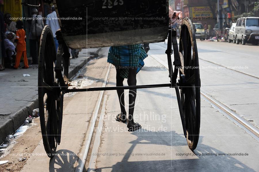 INDIA Westbengal, Kolkata, man-powered rickshaw / INDIEN, Westbengalen, Kolkata, handgeszogene Rikscha, die Arbeit wird von armen Kulis aus Bihar verrichtet