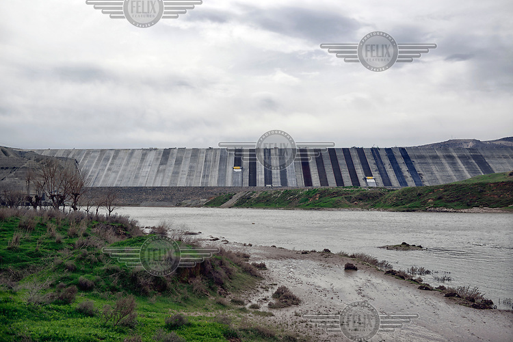 The Ilusu hydroelectric dam being built on the Tigris River. The reservoir created by the dam will be approximately of 313 km2 (121 sq mi) and will flood several villages and the town of Hasankeyf.