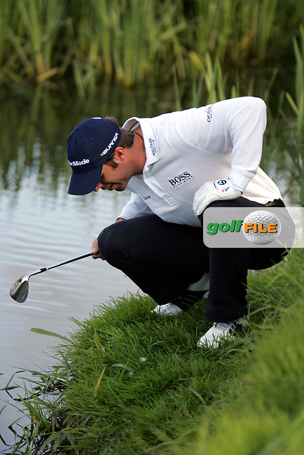 Bradley Dredge looks for his ball with some verbal assistance from the crowd as the describe where the ball landed in the playoff hole of the Irish Open on 20th of May 2007 at the Adare Manor Hotel & Golf Resort, Co. Limerick, Ireland. (Photo by Manus O'Reilly/NEWSFILE)