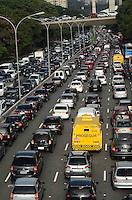 SAO PAULO, 28 DE MAIO DE 2012 - TRANSITO SP - Transito intenso na avenida 23 de maio, paraiso, regiao central da capital, nesta segunda feira. FOTO ALEXANDRE MOREIRA - BRAZIL PHOTO PRESS
