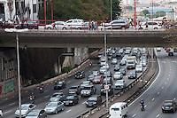 SÃO PAULO-SP,15,09,2014-TRÂNSITO RADIAL LESTE-O Motorista  encontra lentidão na Radial Leste  ambos sentidos.<br /> Região central da cidade de São Paulo,no começo da tarde dessa Segunda-Feira,15.(Foto:Kevin David/Brazil Photo Press)