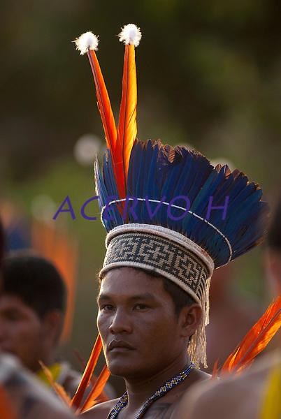 Waiwai assiste os Xerentes na corrida de tora.<br /> <br /> Os Jogos dos Povos Ind&iacute;genas (JPI) chegam a sua d&eacute;cima edi&ccedil;&atilde;o. Neste ano 2009, que acontecem entre os dias 31 de outubro e 07 de novembro. A data escolhida obedece ao calend&aacute;rio lunar ind&iacute;gena. com participa&ccedil;&atilde;o  cerca de 1300 ind&iacute;genas, de aproximadamente 35 etnias, vindas de todas as regi&otilde;es brasileiras. <br /> Paragominas , Par&aacute;, Brasil.<br /> Foto Paulo Santos<br /> 04/11/2009
