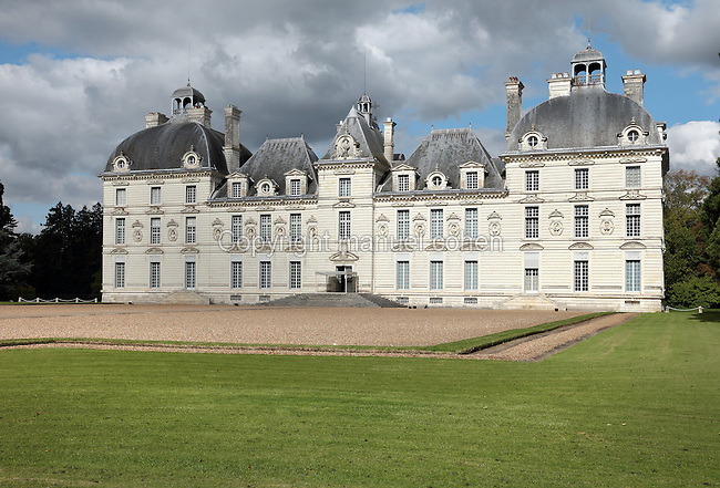 South facade of the Chateau de Cheverny, built 1624-30 in Classical style by Jacques Bougier for the owner Philippe Hurault, in the Loire Valley at Sologne, Cheverny, Loir-et-Cher, Centre, France. The chateau is currently owned by the Marquis of Vibraye and is open to the public. It is listed as a historic monument. Picture by Manuel Cohen