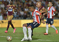 IBAGUÉ -COLOMBIA, 10-12-2015. Johnatan Estrada (Der) del Deportes Tolima disputa el balón con William Tesillo (Izq) de Atlético Junior durante partido de ida por la semifinal de la Liga Águila II 2015 jugado en el estadio Manuel Murillo Toro de Ibagué./ Johnatan Estrada (R) player of Deportes Tolima struggles for the ball with William Tesillo (L) player of Atletico Junior during first leg match for the semifinal of the Aguila League II 2015 played at Manuel Murillo Toro stadium in Ibague city. Photo: VizzorImage/ Gabriel Aponte / Staff