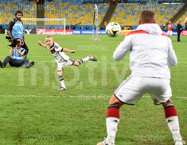 FUSSBALL WM 2014                       FINALE   Deutschland - Argentinien     13.07.2014 DEUTSCHLAND FEIERT DEN WM TITEL: Lukas Podolski (re) und sein Sohn Louis Gabriel kicken nach dem WM Sieg