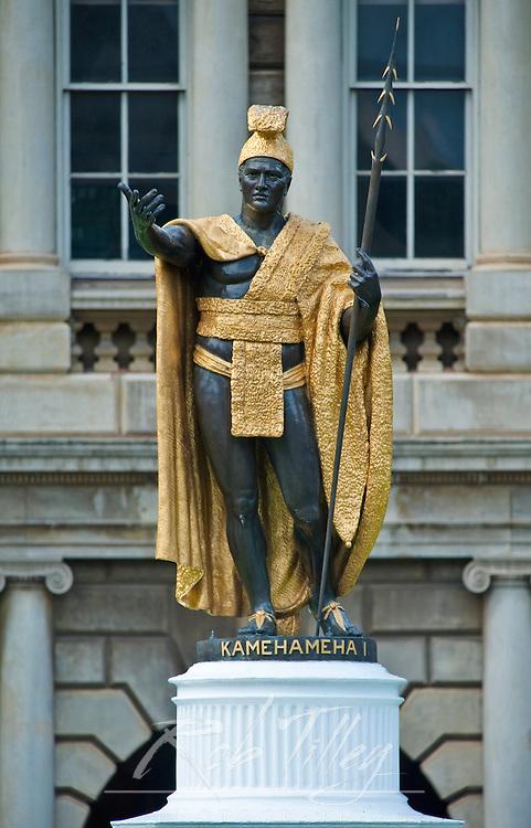 USA, HI, Honolulu, Hawaii State Leglislature Building, Statue of King Kamehameha I