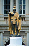 USA, HI, Honolulu, Hawaii State Leglislature Building, Statue of King Kamehameha I