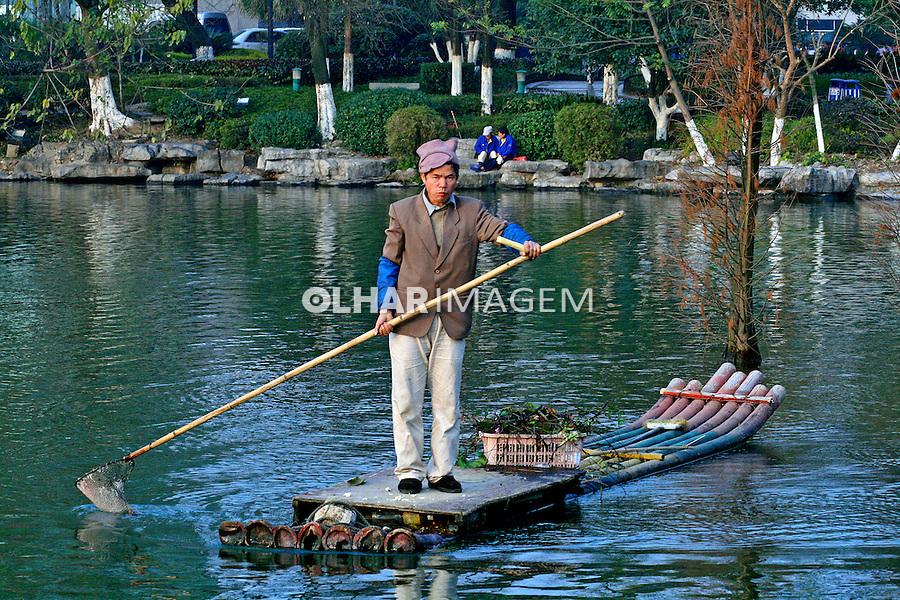 Trabalho de limpeza de lago na cidade de Liuzhou. China. 2007. Foto de Flãvio Bacellar.