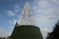 FOTO EMBARGADA PARA VEICULOS INTERNACIONAIS. SAO PAULO, SP, 25/11/2012, MONTAGEM ARVORE.  Há um mes do Natal a arvore do Pq. do Ibirapuera já entrou na fase de decoração. Atualmente ela está com 58 metros de altura, mas com a colocação da estrela deve passar dos 65 metros de altura. Luiz Guarnieri/ Brazil Photo Press