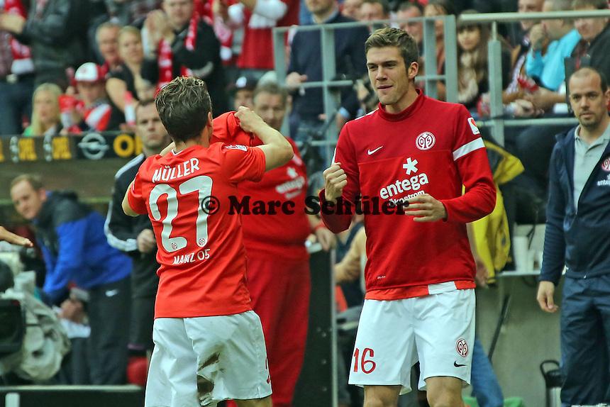 Nikolai Müller (Mainz) bekommt das Trikot on Julian Baumgartlinger zugeworfen von Stefan Bell  und grüßt diesen nach dem 1:0 von Shinji Okazaki- 1. FSV Mainz 05 vs. Eintracht Braunschweig, Coface Arena, 10. Spieltag