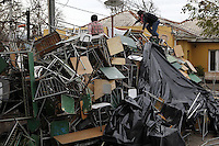 SCH12. BUIN (CHILE), 17/08/2011.- Dos estudiantes escalan una de las barricadas del liceo A131 de Buin, donde cinco compañeros mantienen una huelga de hambre desde hace más de 30 días en demanda de una educación pública, gratuita y de calidad, hoy, miércoles 17 de agosto de 2011, en Buin (Chile). EFE/Felipe Trueba.