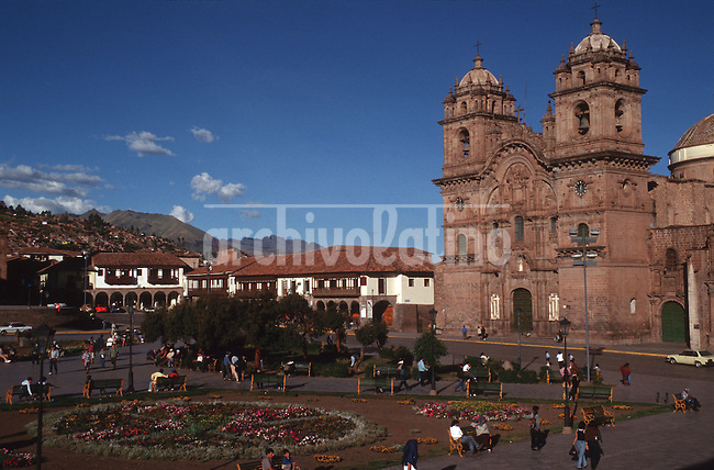 Ciudad y habitantes de Cuzco, la ciudad del sur peruano que atrae miles de turistas deseosos de conocer el pasado inca de la region.+cuzco *City and people of Cuzco, the Southern Peru city visited by thousands of tourists getting to know the indian inca past of the region+cuzco * Cuzco. +Cuzco, gorro, traditions, paysans, tourisme