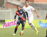 ENVIGADO -COLOMBIA-27-09-2014. Jhonatan Alvarez (Der) de Envigado FC disputa el balón con Vladimir Hernandez (Izq) de Atlético Junior durante partido por la fecha 12 de la Liga Postobón II 2014 realizado en el Polideportivo Sur de la ciudad de Envigado./ Jhonatan Alvarez (R) of Envigado FC fights for the ball with Vladimir Hernandez (L) of Atletico Junior during match for the 12th date of the Postobon League II 2014 at Polideportivo Sur in Envigado city.  Photo: VizzorImage/Luis Ríos/STR